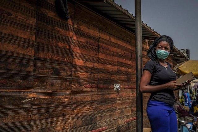 Una mujer con mascarilla en Dakar