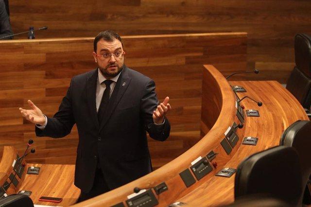 El presidente Adrián Barbón, interviene en el Pleno.