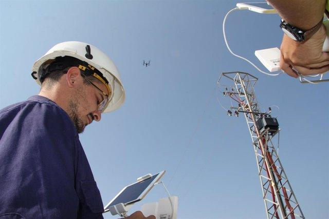 Imagen de los técnicos de Endesa usando un dron para el control de instalaciones dentro del Plan de Verano.
