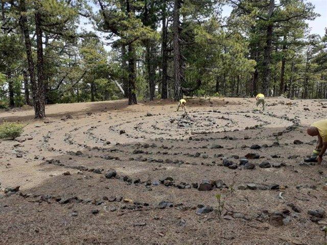 El Cabildo de La Palma retira una espiral de piedras de 10 metros de diámetro en el Parque Natural de Las Nieves