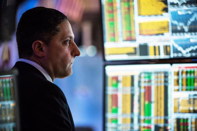 A trader works on the floor of the New York Stock Exchange during the afternoon of January 20, 2015 in New York City. The market closed largely unchanged from the beginning