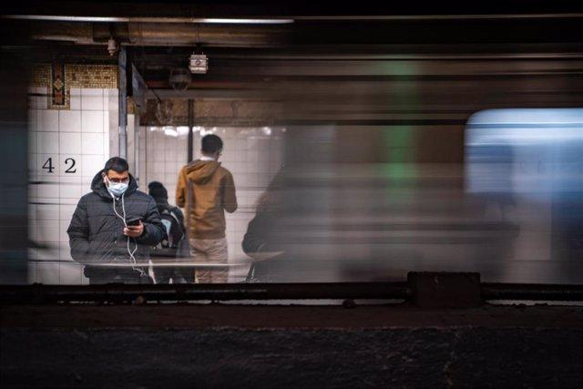 Hombre con mascarilla por el coronavirus en el metro de Nueva York