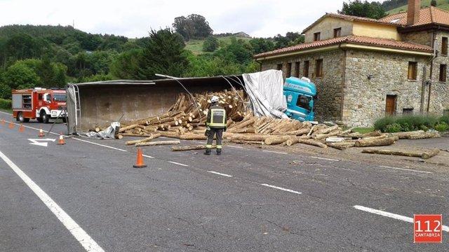 Un camión se sale de la vía en Hazas de Cesto