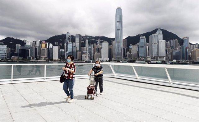 Varias personas en Hong Kong con mascarillas.