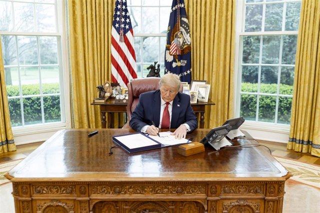 Imagen de archivo de Trump firmando una orden ejecutiva.
