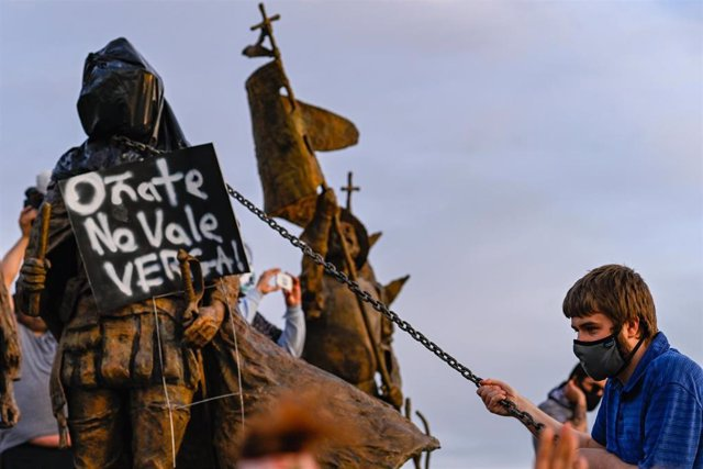 Manifestación contra la escultura del conquistador español Juan de Oñate en Albuquerque, Nuevo México, Estados Unidos.
