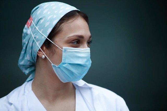 Una sanitaria con mascarilla durante el homenaje a los Sanitarios del Hospital Fundación Jiménez Díaz celebrado durante la pandemia de Covid-19 en Abril 21, 2020 in Madrid, España