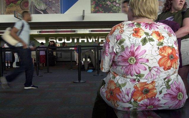 Obesidad pasajero avión aeropuerto