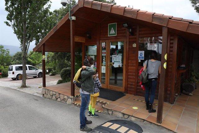 Varios clientes esperan en la recepción del Camping Monte Holiday, en Gargantilla del Lozoya / Madrid (España), a 26 de mayo de 2020.