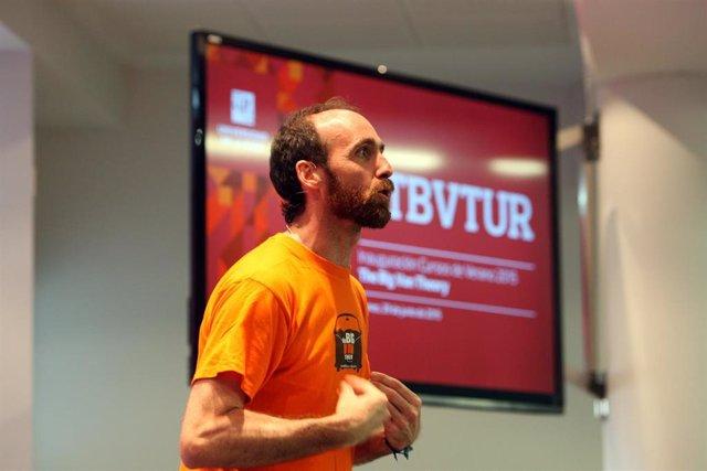 El profesor de la UR Eduardo Sáenz de Cabezón supera el millón de suscriptores en su canal de Youtube