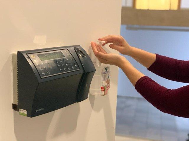 Imagen de dispensadores de gel antiséptico instalados