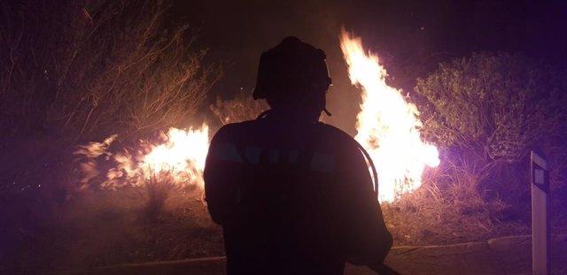 Efectivo de la UME trabajando en las labores de extinción del incendio de Gran Canaria