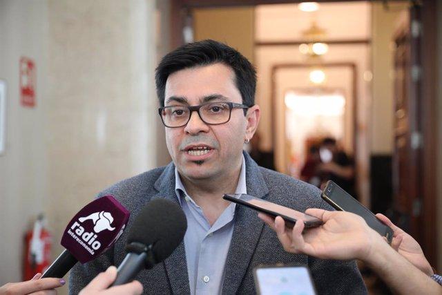 El secretari primer de la Taula del Congrés, Gerardo Pisarello ofereix declaracions als mitjans de comunicació després de la Junta de Portaveu del Congrés dels Diputats, a Madrid (Espanya), a 10 de març de 2020.
