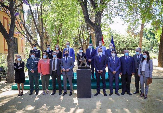 Moreno agradece el sacrificio de los andaluces en la presentación de esculturas de homenaje a sociedad