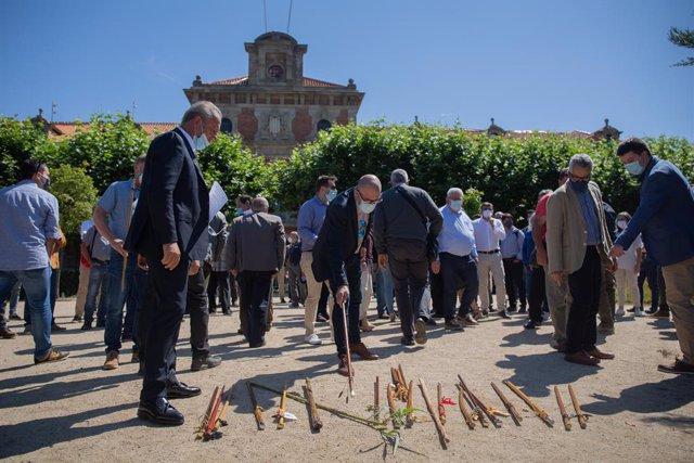 Alcaldes de diferents localitats catalanes deixen les vares a terra en senyal de protesta durant la concentració davant el Parlament de Catalunya contra l'Agència de Patrimoni Natural. A Barcelona, Catalunya (Espanya), a 9 de juny de 2020.
