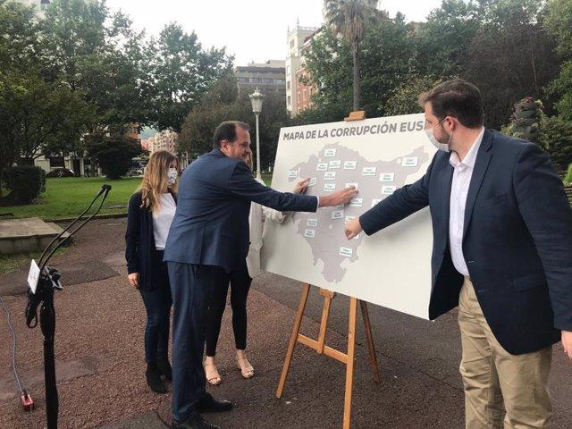 """El candidato a lehendakari de PP+Cs, Carlos Iturgaiz, presenta el """"mapa de la corrupción"""" en Euskadi"""