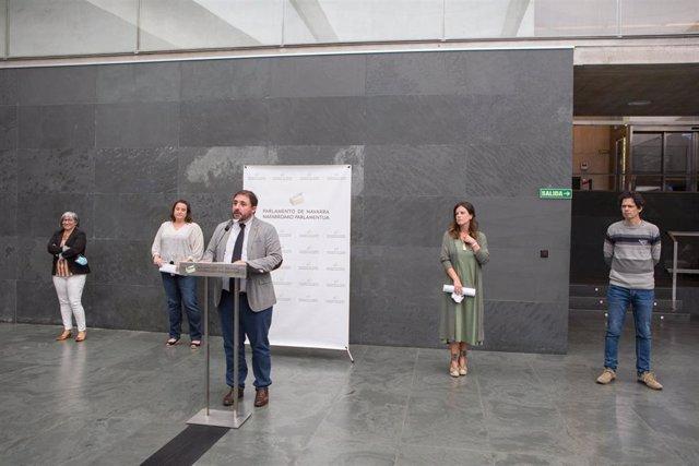 El presidente del Parlamento de Navarra, Unai Hualde, junto con representantes de la Plataforma de Entidades Sociales.