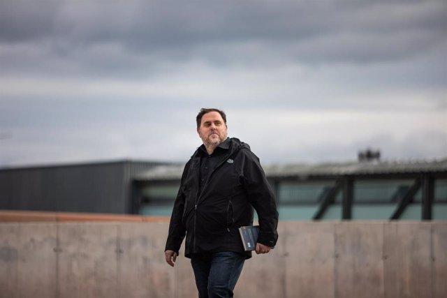 El líder de ERC, Oriol Junqueras, condenado a 13 años de cárcel por sedición y malversación en la sentencia del 'procés', camina para salir del Centro Penitenciario Lledoners (en el que lleva preso 853 días) desde dónde se desplazará hasta el campus de la