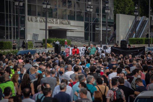 L'alcaldessa de Barcelona, Ada Colau (de vermell), durant una nova manifestació de treballadors de Nissan, aquesta vegada a la Plaça d'Espanya. A Barcelona, Catalunya (Espanya), a 11 de juny de 2020.