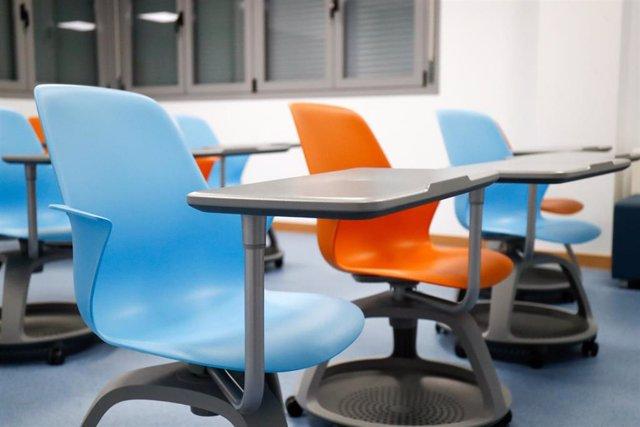 Sillas y mesas de un aula en el interior del Colegio Nobelis de Valdemoro, que debido a la pandemia del coronavirus tendrá que acondicionar sus aulas con medidas de distanciamiento e higiene para el nuevo curso escolar 2019-2020. En Valdemoro, Madrid (E