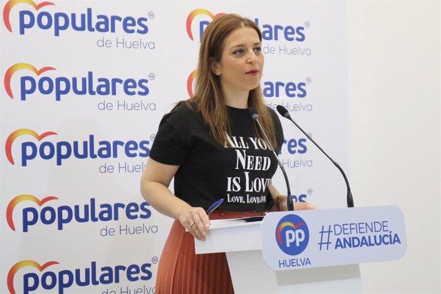 La portavoz del Partido Popular en Huelva, Paqui Rosa, en rueda de prensa.