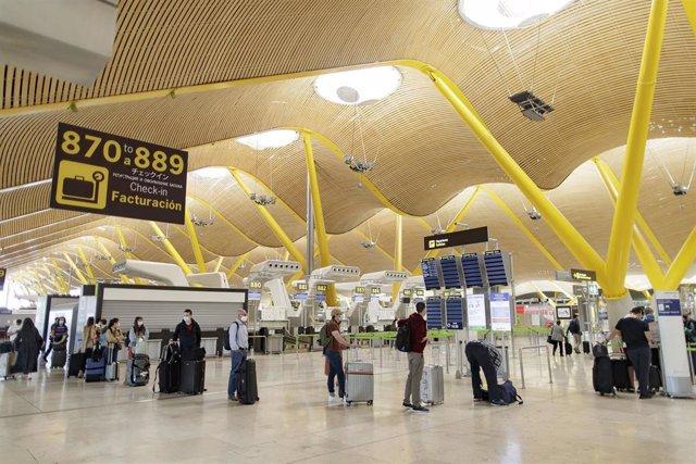 Pasajeros con sus maletas en las instalaciones de la Terminal T4 del Aeropuerto Adolfo Suárez Madrid-Barajas