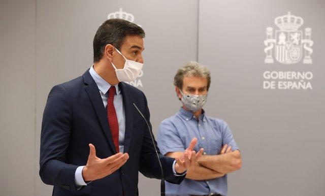El presidente del Gobierno, Pedro Sánchez se dirige a los profesionales del Centro de Coordinación de Alertas y Emergencias Sanitarias (CCAES), junto con el director del CCAES, Fernando Simón
