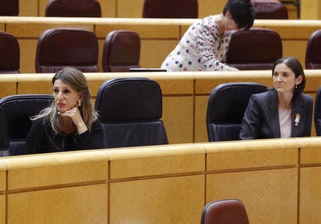 Las ministras de Trabajo, Yolanda Díaz, y de Industria, Reyes Maroto, en una sesión de control al Gobierno en el Senado