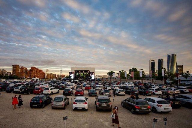 Asistentes a la celebración del BMW Drive-In Fest, el primer concierto en formato autocine en España, en el autocine RACE de Madrid (España) a 17 de junio de 2020.
