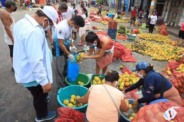 Un mercado callejero en Iquitos (Perú) durante la pandemia de coronavirus