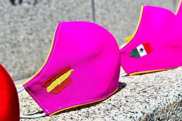 El sastre aragonés Daniel Roqueta diseña las primeras mascarillas inspiradas en la moda taurina.