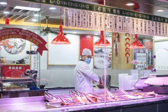 Un chef en un restaurante de Shanghái.