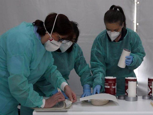 Imagen de archivo de unas enfermeras trabajando con mascarillas.