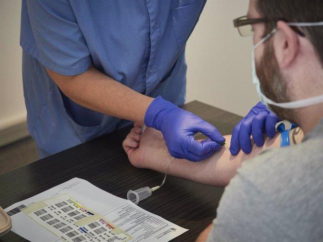 Una treballadora sanitària realitza una extracció de mostres per realitzar una prova PCR (Arxiu)