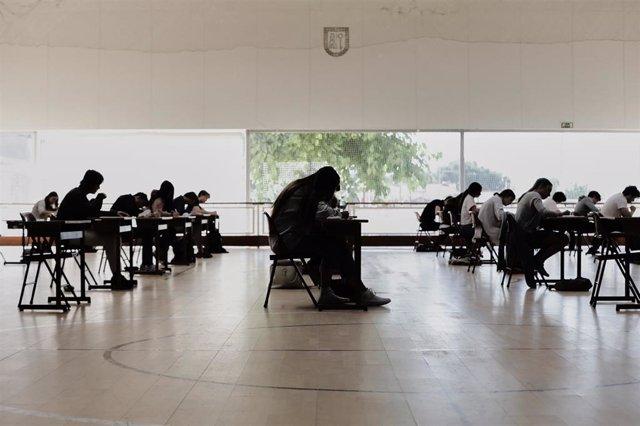 Alumnos de bachillerato del Colegio Virgen de Europa de Boadilla del Monte (Madrid) durante un examen presencial el pasado 15 de junio.