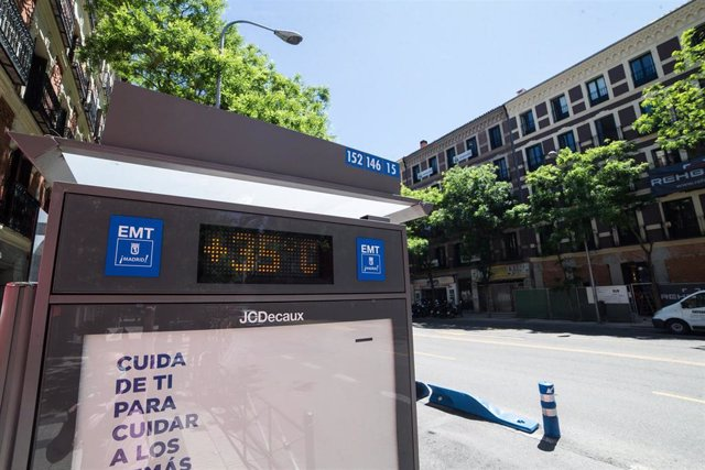 Un termómetro marca los 35 grados a más de un mes para que comience el verano, y cuando Madrid ya ha alcanzado temperaturas de 36º en el centro, en Madrid (España), a 20 de mayo de 2020.