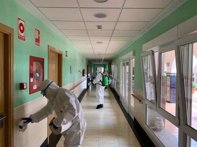 La UME realiza labores de desinfección en una residencia