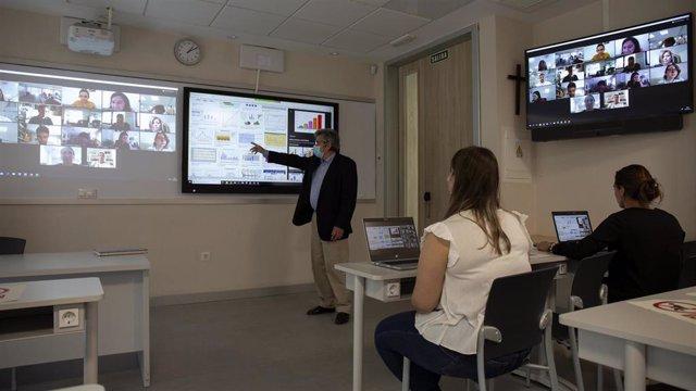 """Una de las aulas adaptadas a la """"doble presencialidad"""" de las universidades privadas del grupo CEU para permitir seguir las clases a distancia a través de las pantallas el próximo curso."""