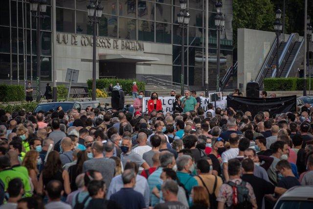 La alcaldesa de Barcelona, Ada Colau (de rojo), durante una nueva manifestación de trabajadores de Nissan. En Barcelona, Catalunya (España), a 11 de junio de 2020.