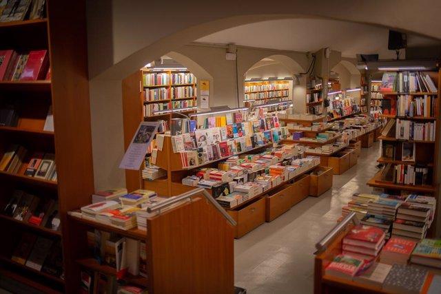Llibres i material col·locat en les prestatgeries de la llibreria Laie Pau Claris llibreria-cafè de Barcelona, Catalunya, (Espanya), en la vigília de la Diada de Sant Jordi, el 22 d'abril de 2020.