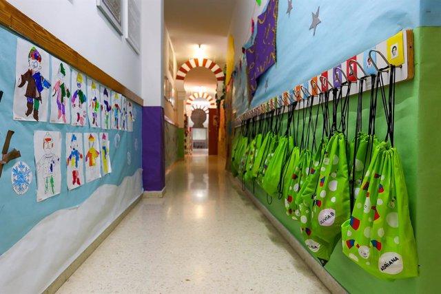 Passadís amb dibuixos i motxilles penjades del Centre d'Educació Infantil La Gasela de València, Comunitat Valenciana (Espanya), a 26 de maig de 2020.