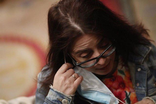 La 'número dos' del PSOE y portavoz en el Congreso, Adriana Lastra, se quita la mascarilla durante la sesión plenaria celebrada en el Congreso de los Diputados, en Madrid (España), a 11 de junio de 2020.