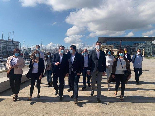 El secretario xeral del PSdeG y candidato a la presidencia de la Xunta, Gonzalo Caballero, junto a miembros de la candidatura por la provincia de A Coruña en las elecciones del 12 de julio