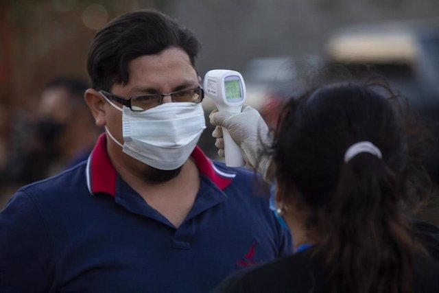 Control de temperatura para acceder a un estadio en Nicaragua