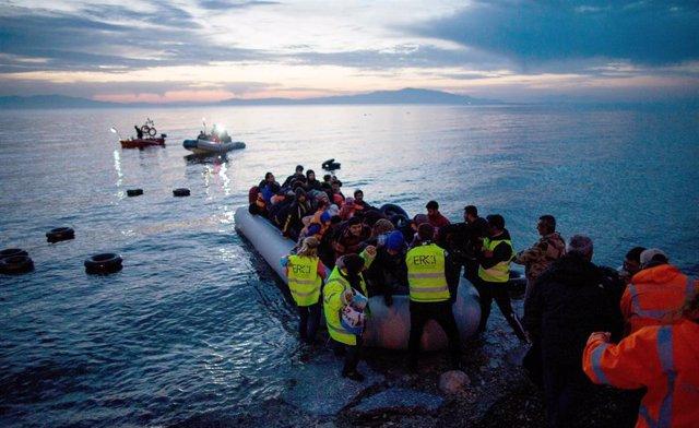 Imagen de arivho de un rescate de refugiados y migrantes en una lancha en el mar Egeo