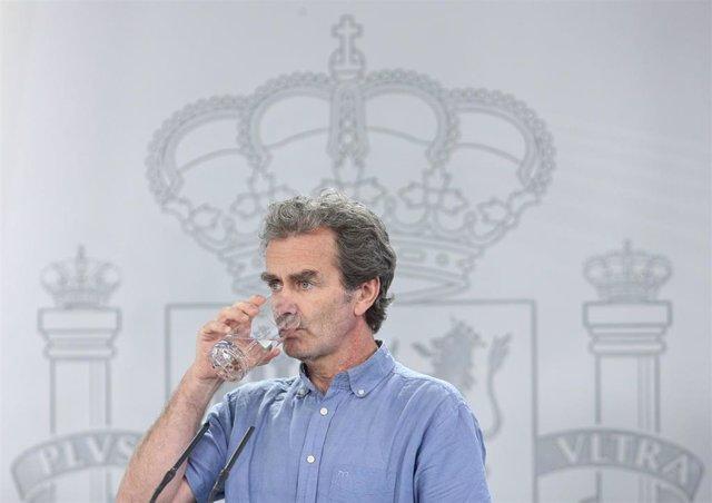 El director del Centro de Coordinación de Alertas y Emergencias Sanitarias (CCAES), Fernando Simón, bebe agua durante la comparecencia en Moncloa. En Madrid (España), a 12 de junio de 2020.