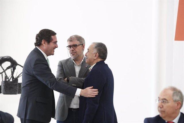 El presidente de la patronal CEOE, Antonio Garamendi, saluda al director de UGT, Pepe Álvarez y al de CCOO, Unai Sordo