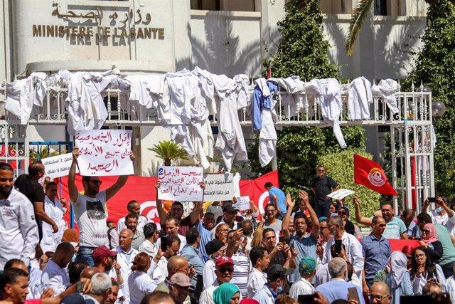 Protesta de trabajadores sanitarios en Túnez durante la pandemia de coronavirus