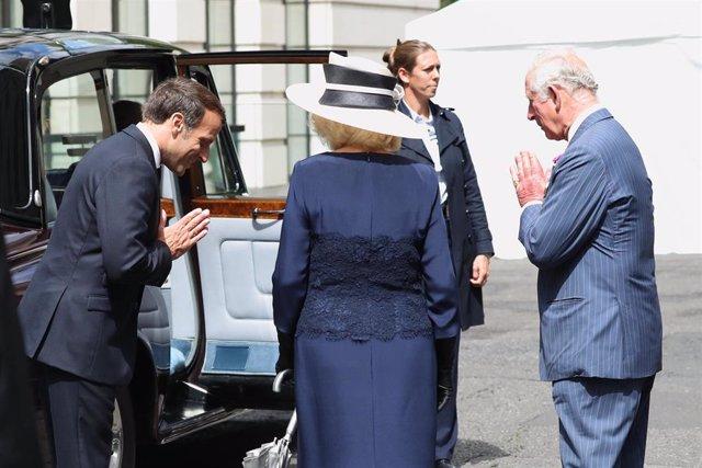 Carlos de Inglaterra da la bienvenida al presidente francés, Emmanuel Macron.