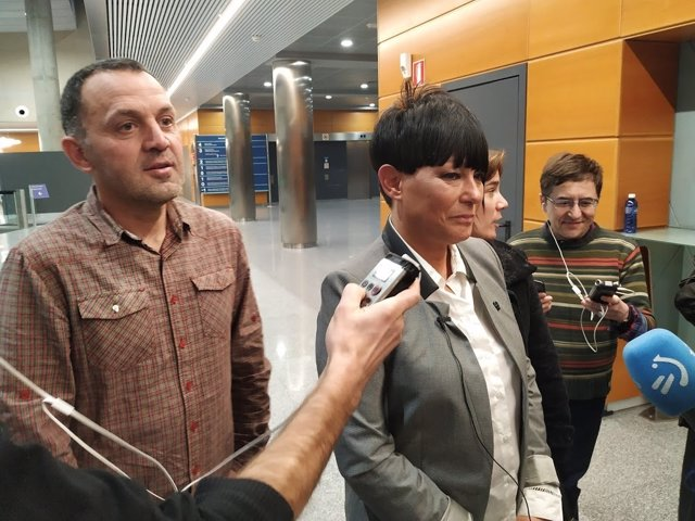 Declaraciones a los periodistas en el Parlamento Vasco de la portavoz parlamentaria de EH Bildu, Maddalen Iriarte, y el parlamentario Unai Urruzuno